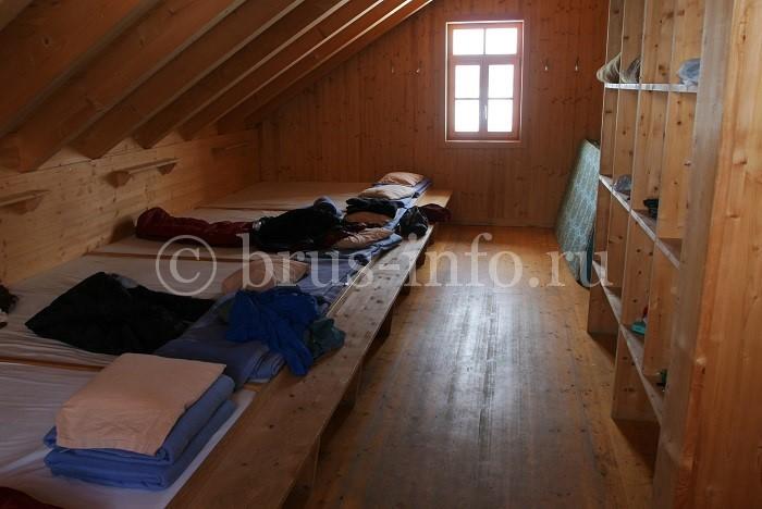 Спальня на чердаке в деревянном доме