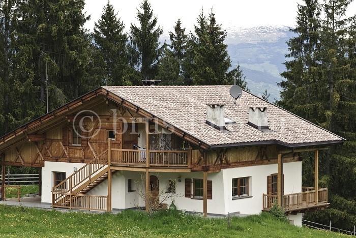 Двухэтажный дом, облицованный фальш-брусом