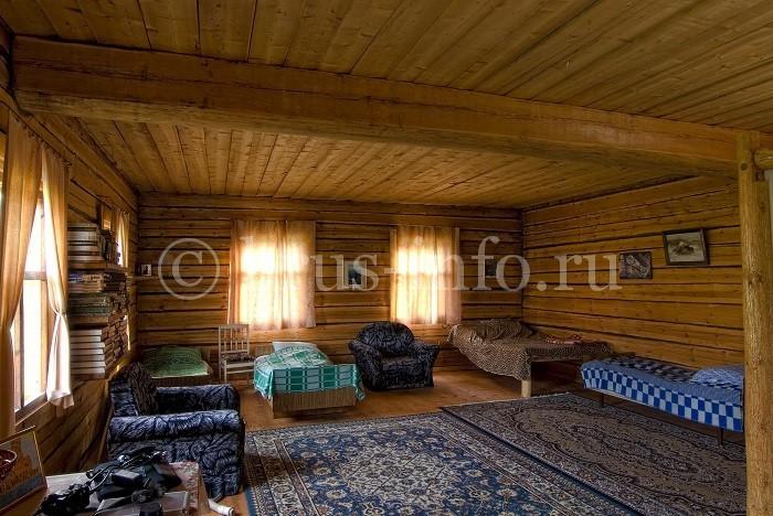 Интерьер деревенского дома из кедра