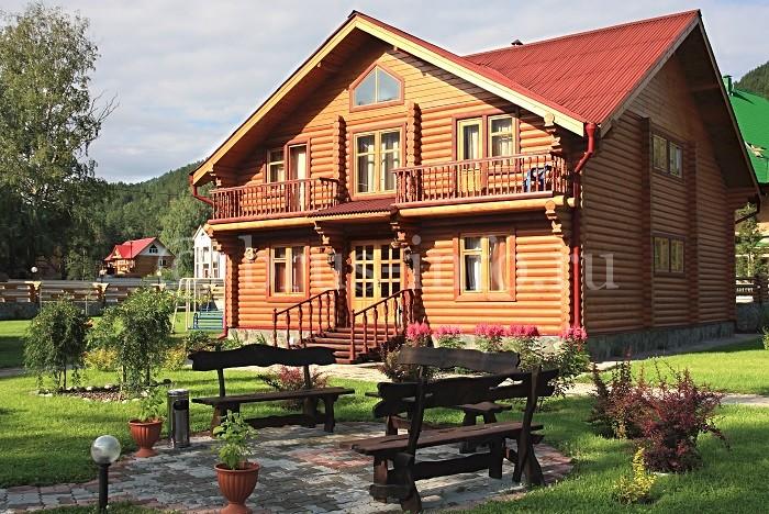 Деревянный дом с окнами из сращенного бруса