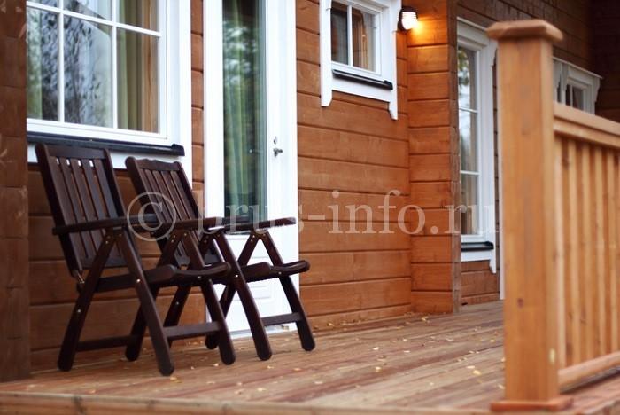 Деревянный дом с небольшой террасой