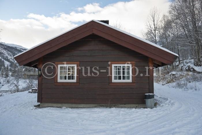 Деревянный крашеный домик