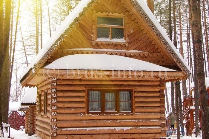 Маленький домик из бревна