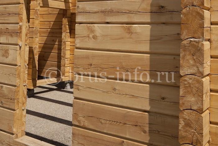 Дверной проем в деревянном доме