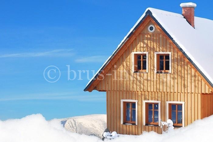 Дом из бруса с необычной облицовкой стен