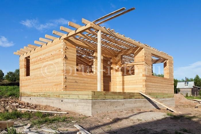 Деревянный дом в процессе монтажа перекрытий