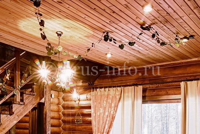 Потолок, обшитый вагонкой, в бревенчатом доме