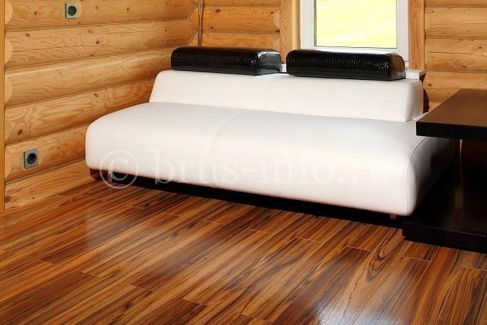 Ламинатное покрытие пола в деревянном доме
