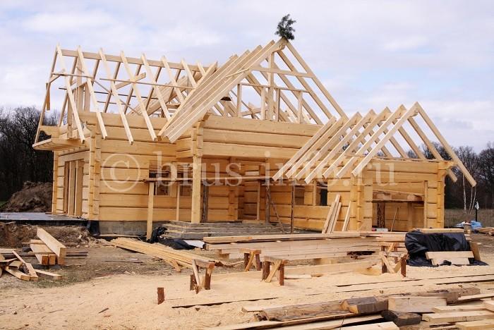 Сруб деревянного дома с гаражом