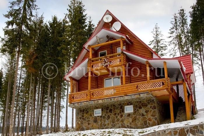 Деревянный дом с высоким каменным цоколем