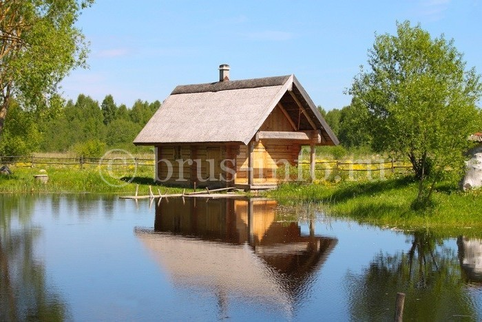 Небольшой домик у реки
