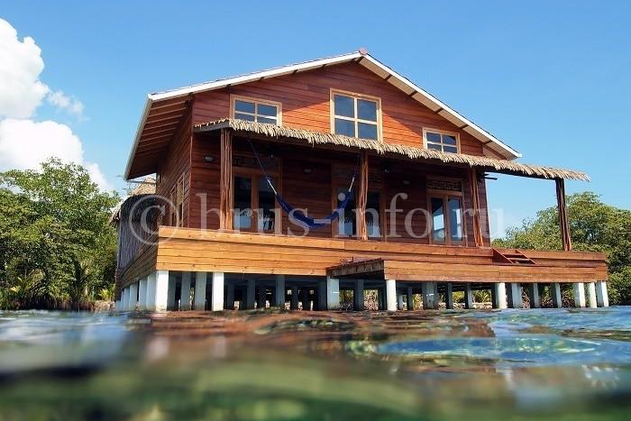 Деревянный дом на воде