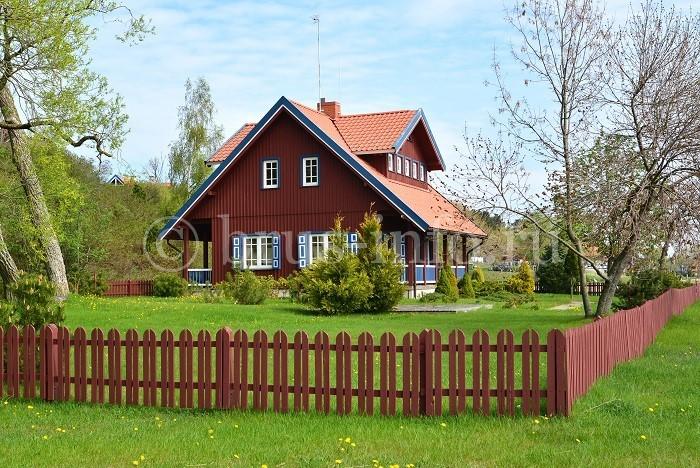 Дом из бруса с необычной крышей