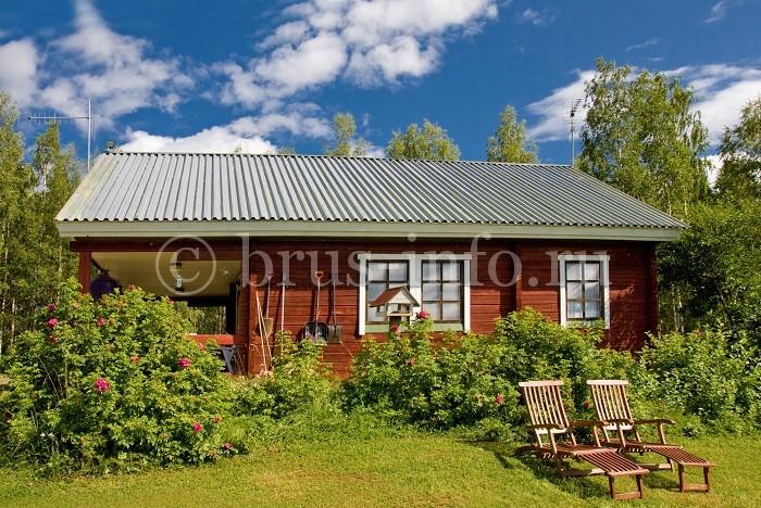 Деревянный домик в саду