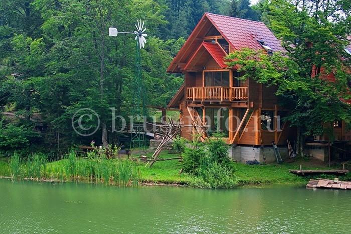 Небольшой дом на берегу озера