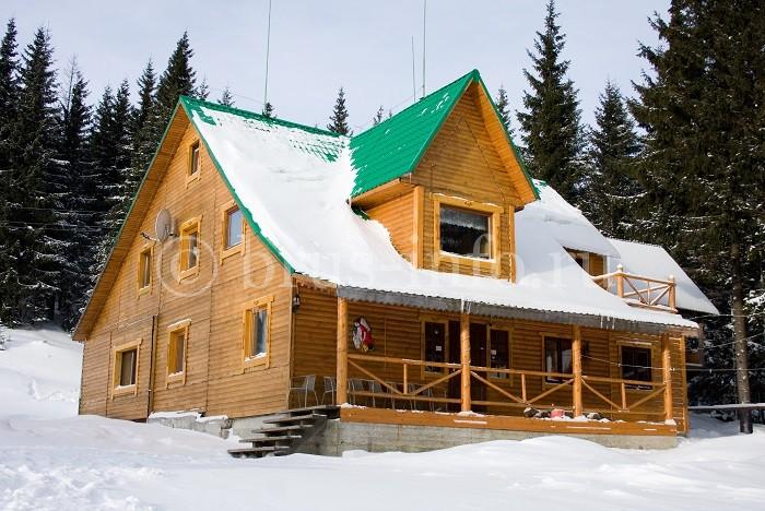 Двухэтажный дом в зимнем лесу