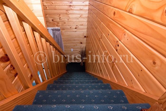 Аккуратная лестница в загородном доме