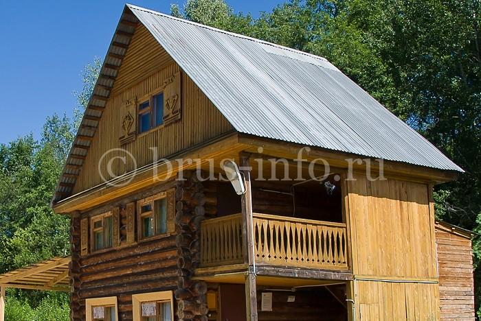 Бревенчатый загородный дом с пристройкой
