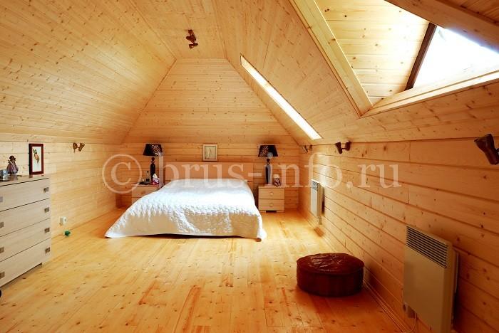 Интерьер спальной в доме из бруса