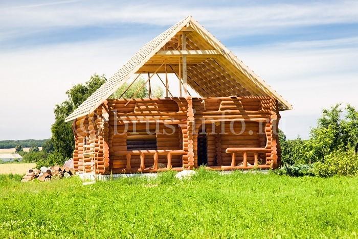 Бревенчатый дом с крышей из бруса