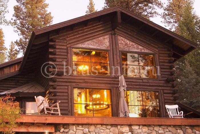 Двухэтажный дом, построенный из бруса