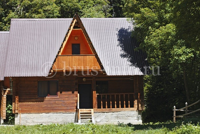 Деревянный дом для сада