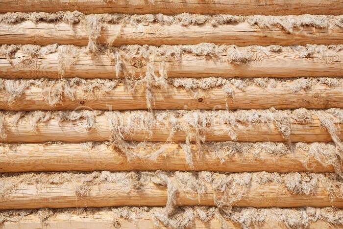 Проконопаченная бревенчатая стена