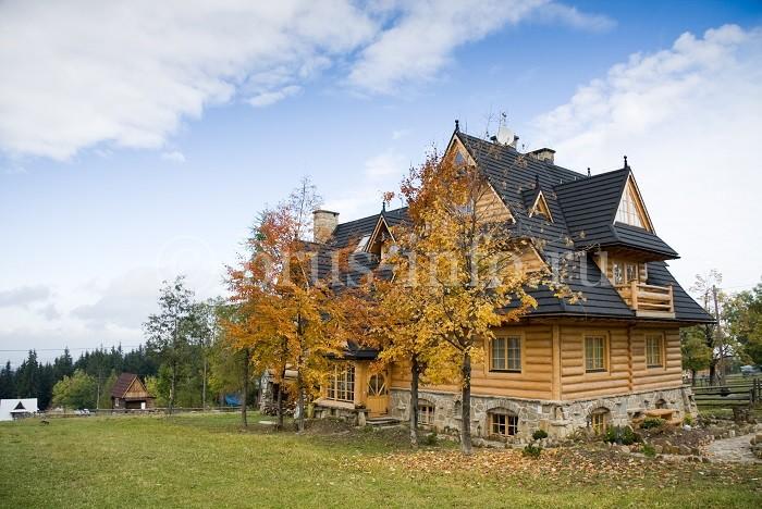 Дом с облицовкой цоколя камнем