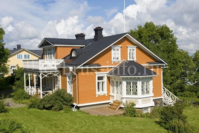 Деревянный дом, обшитый виниловым сайдингом