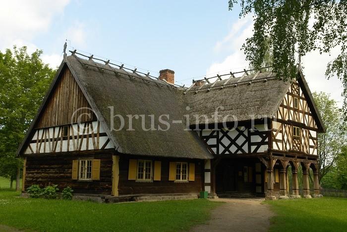 Деревянный дом с необычной отделкой