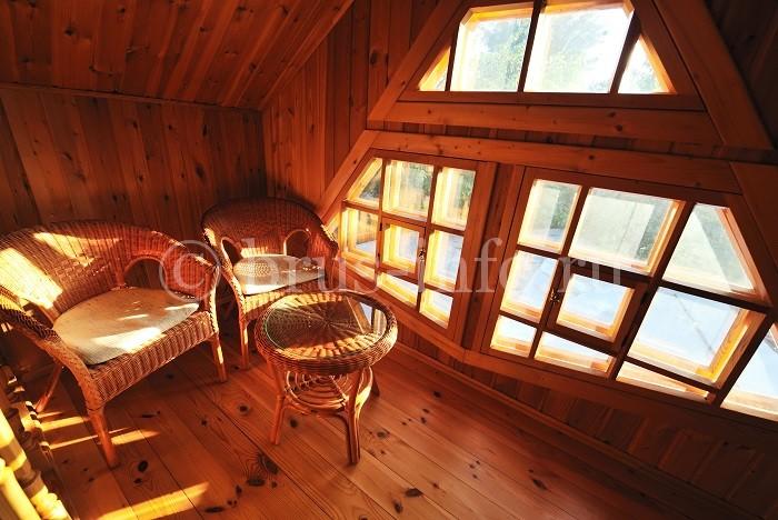 Деревянные окна на чердаке дома