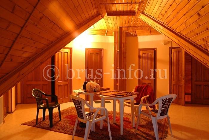Дом из бруса с отделкой потолка фальшбрусом